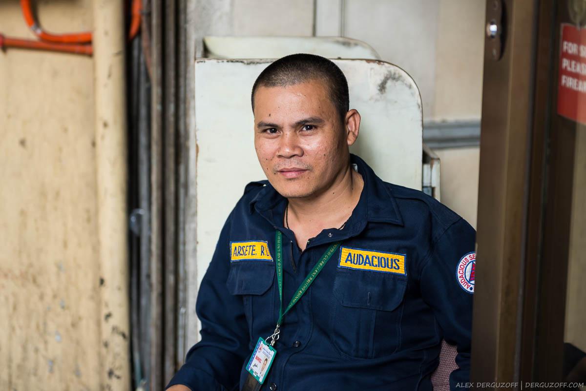 Мужчина в форме охранника Манила Чайна-таун