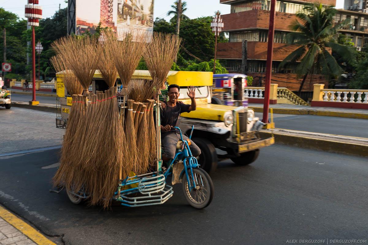 Продавец веников на мопеде Филиппины