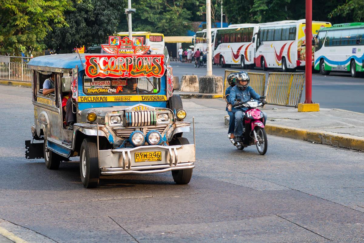Джипни с пассажирами на улице Манилы