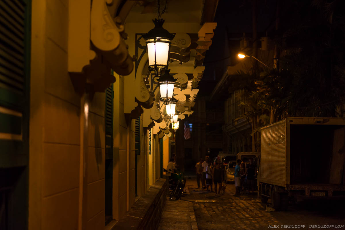 Филиппины Манила улица района Интрамурос ночью