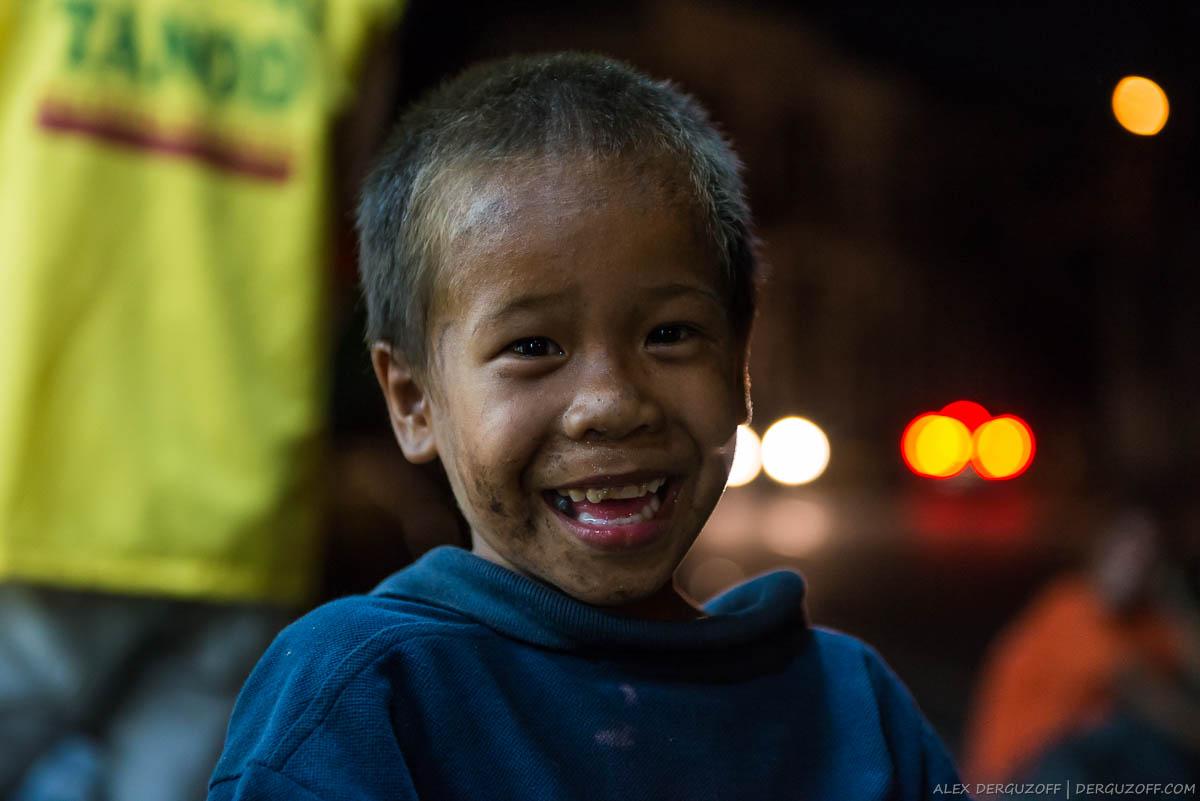 Грязный ребенок на улице Манилы