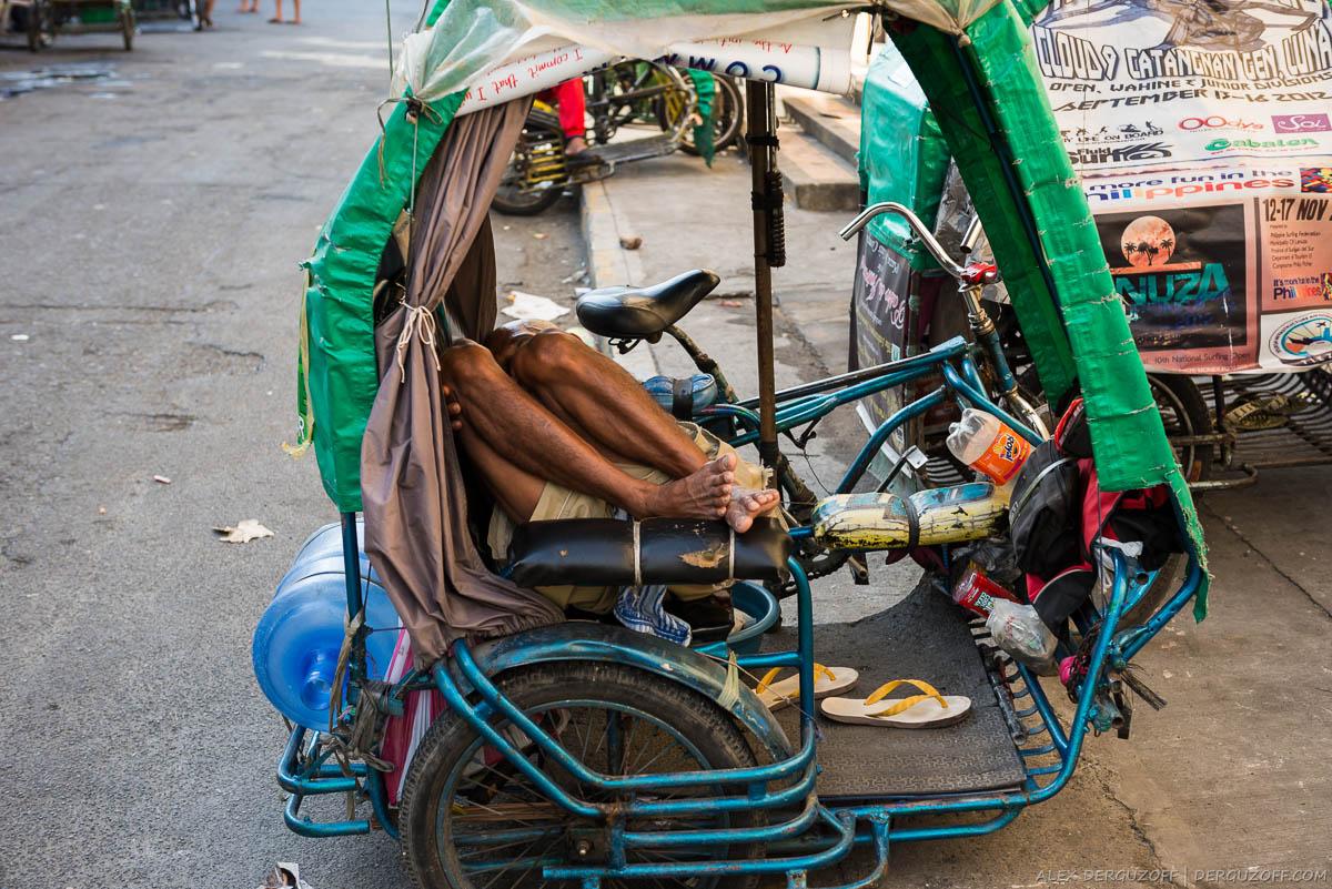 Велорикша спит на рабочем месте Манила Интрамурос