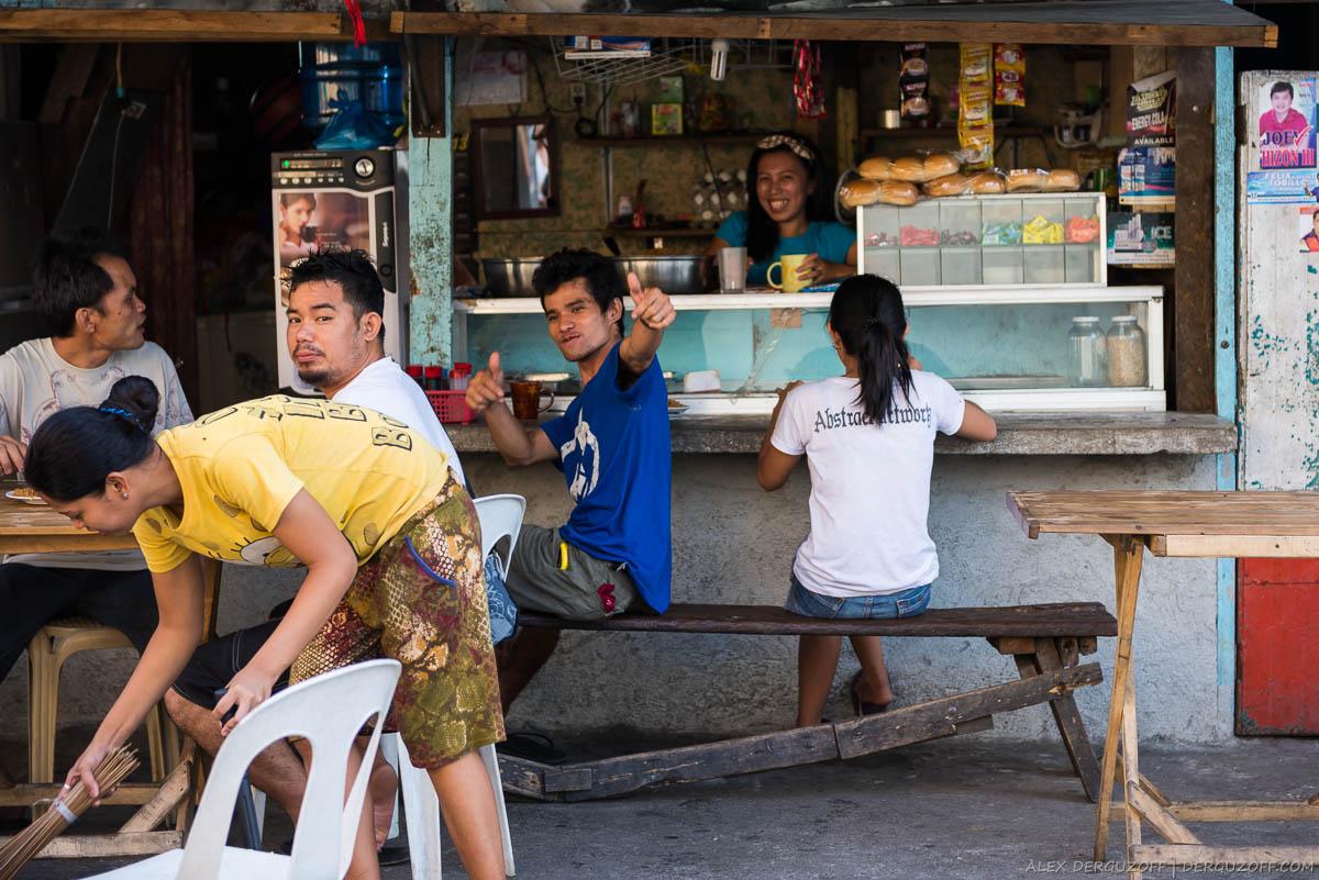 Жители Интрамуроса завтракают в уличном кафе