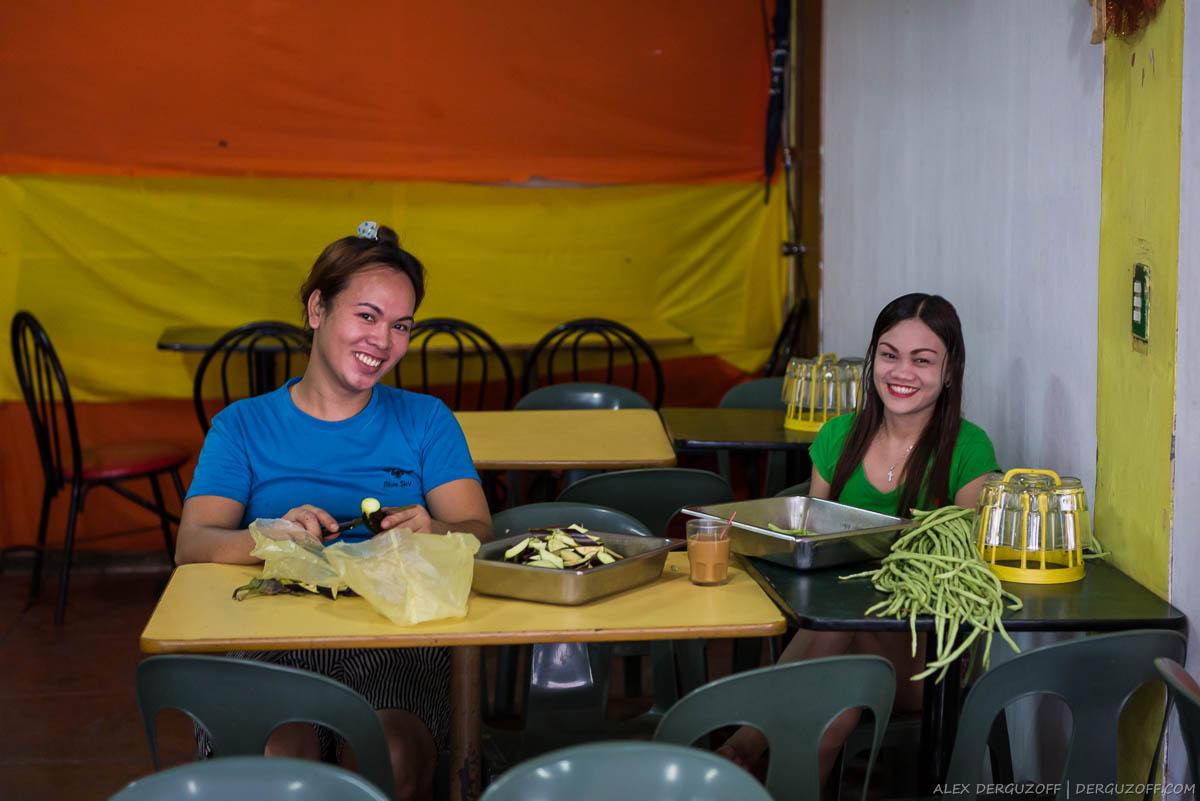 Филиппинские девушки готовят еду в кафе