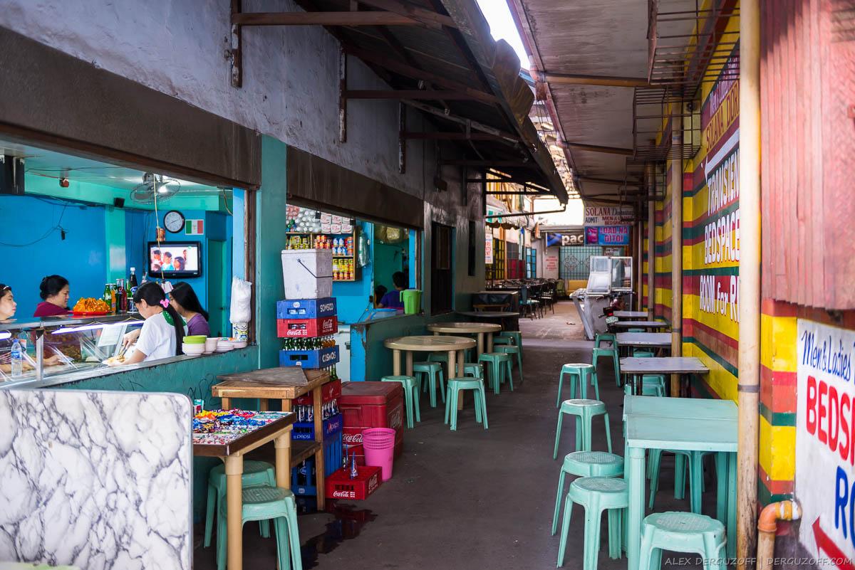 Уличное кафе с пластиковыми столами и стульями Манила
