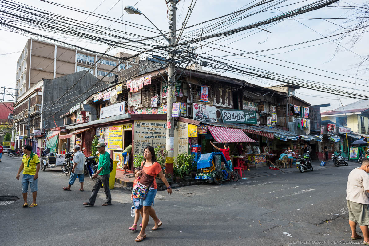 Переплетение проводов над пешеходной улицей Филиппины Манила