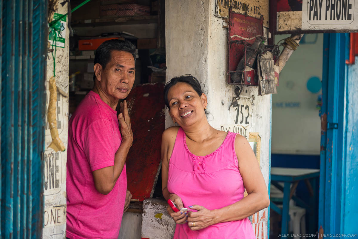 Семейная пара филиппинцев в розовых футболках Манила Интрамурос