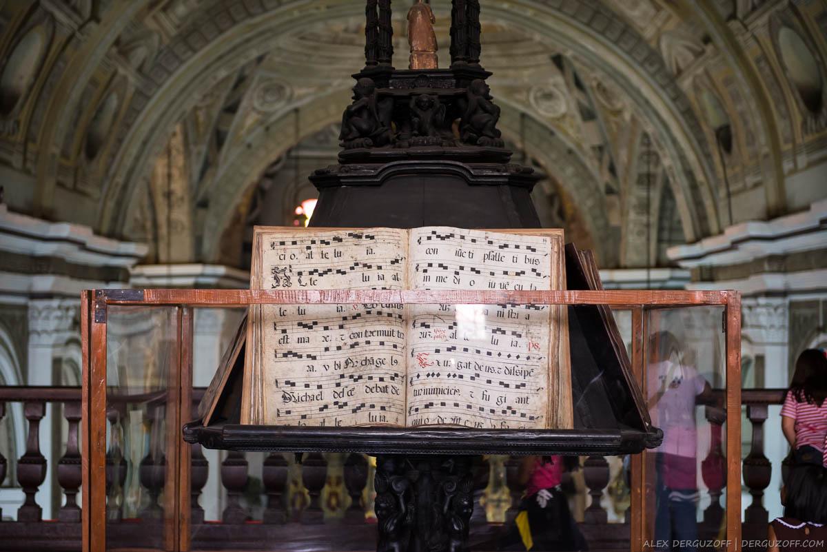 Нотная тетрадь в католическом храме Манила Интрамурос