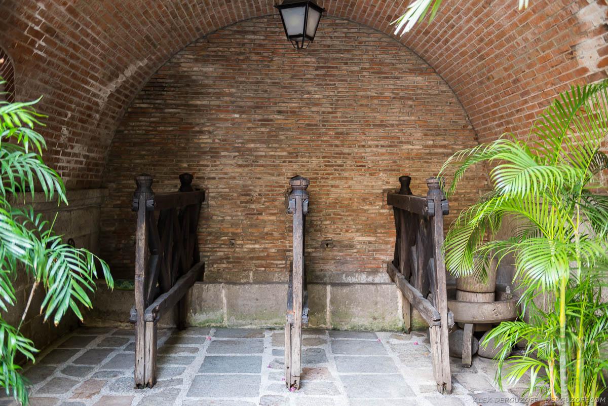 Арка в здании с деревянными стоилами Филиппины Манила