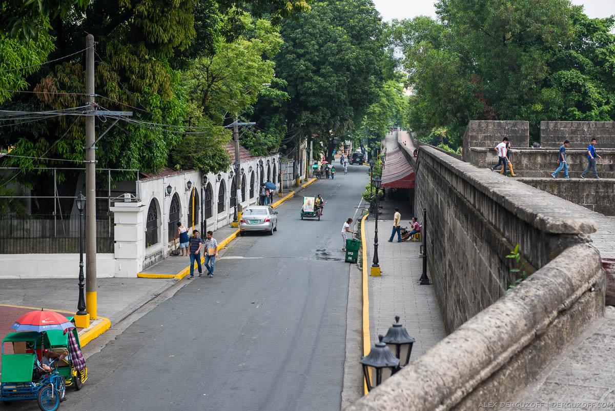 Вид с фортификационной стены на район Интрамурос Филиппины Манила