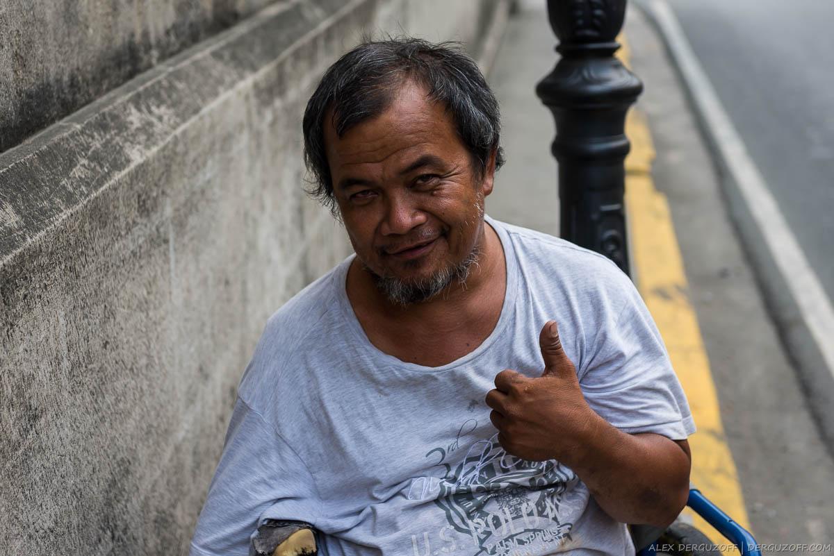 Филиппинец на инвалидной косяске