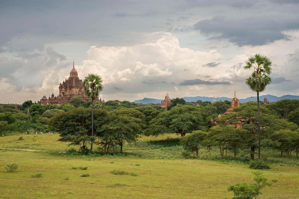 Буддийские ступы на фоне гор Баган Мьянма Мандалай