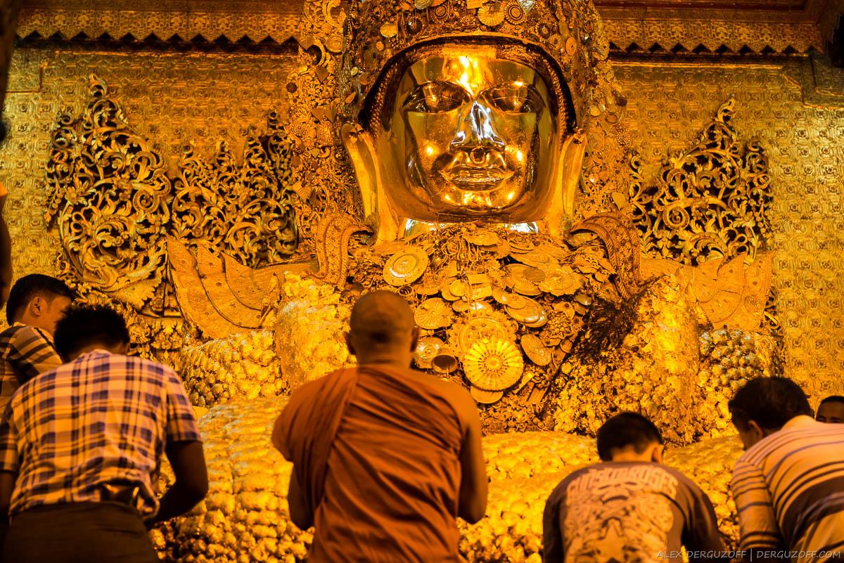 Статуя Будды в золотых листах