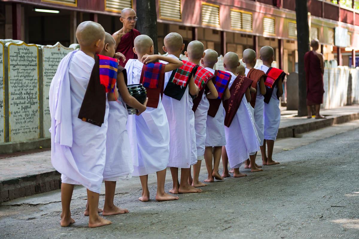 Послушники в храме стоят в очереди за едой