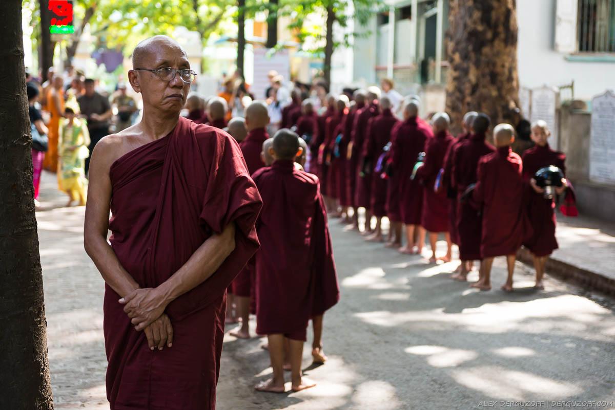 Наставник послушников наблюдает за ритуалом кормления монахов
