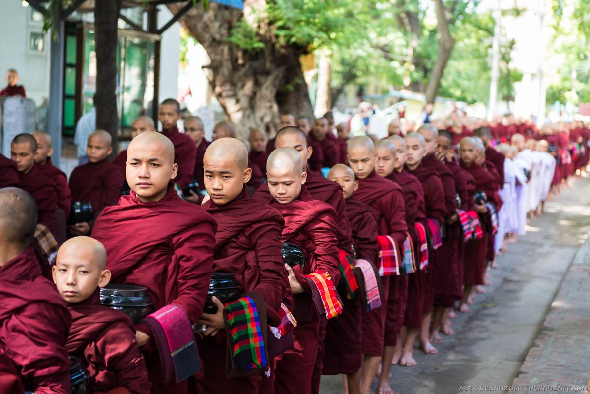 Буддийские монахи в очереди за едой Мьянма Мандалай