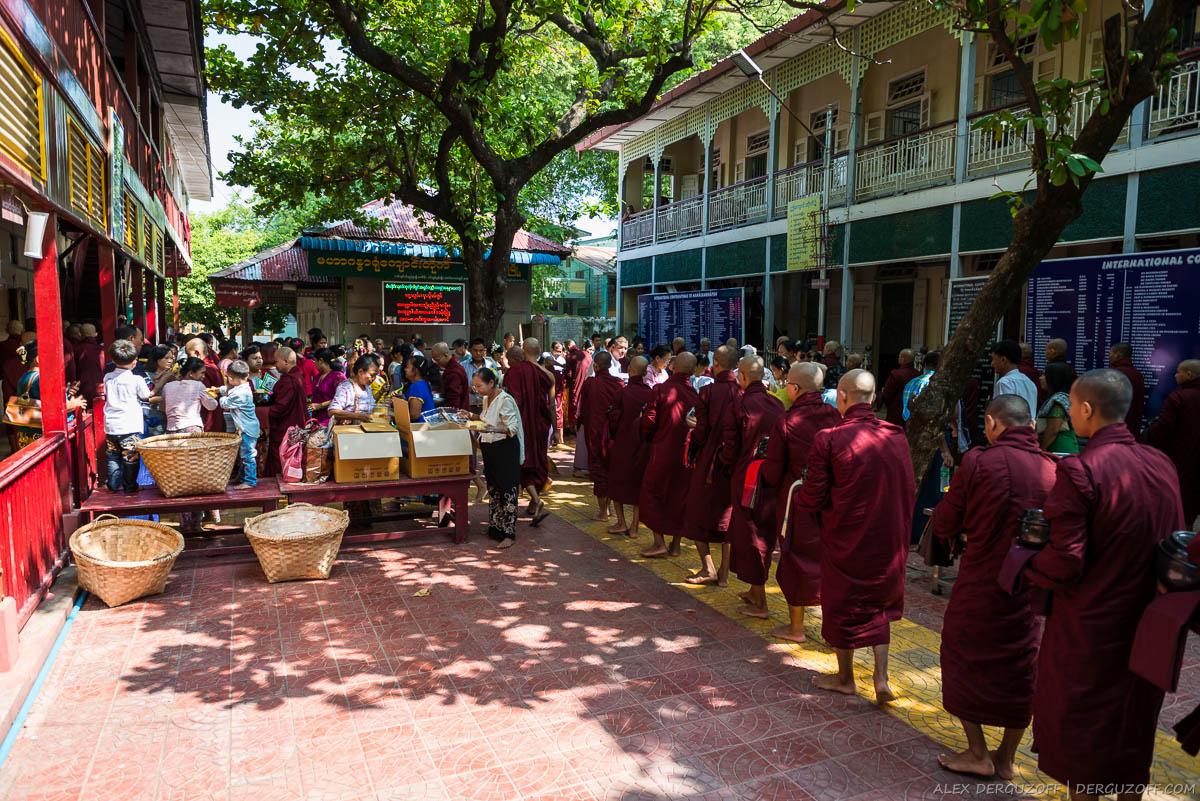 Коробки с едой и очередь из послушников монастыря