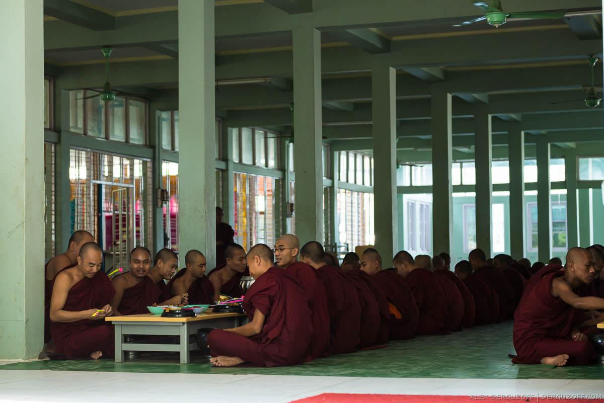 Монахи принимают пищу в общей комнате храма