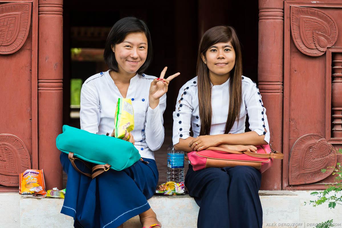 Девушки сидят на пороге храма
