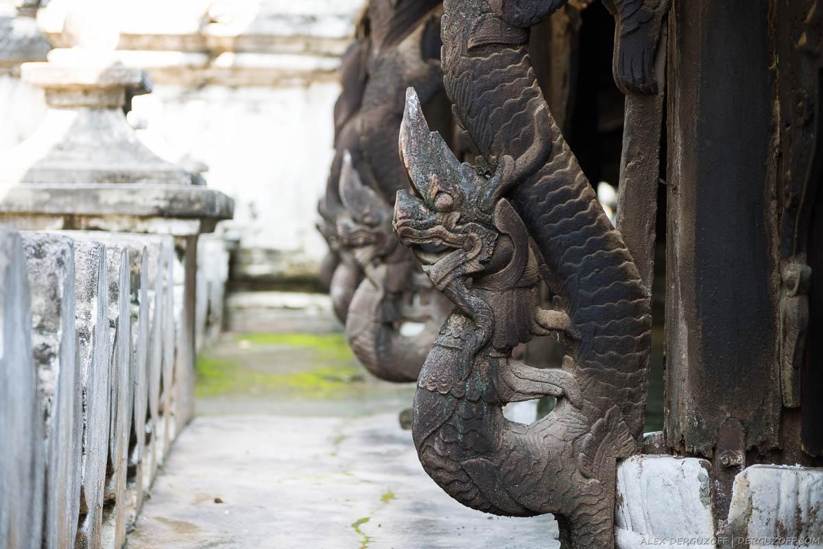 Деревянный дракон на стене храма