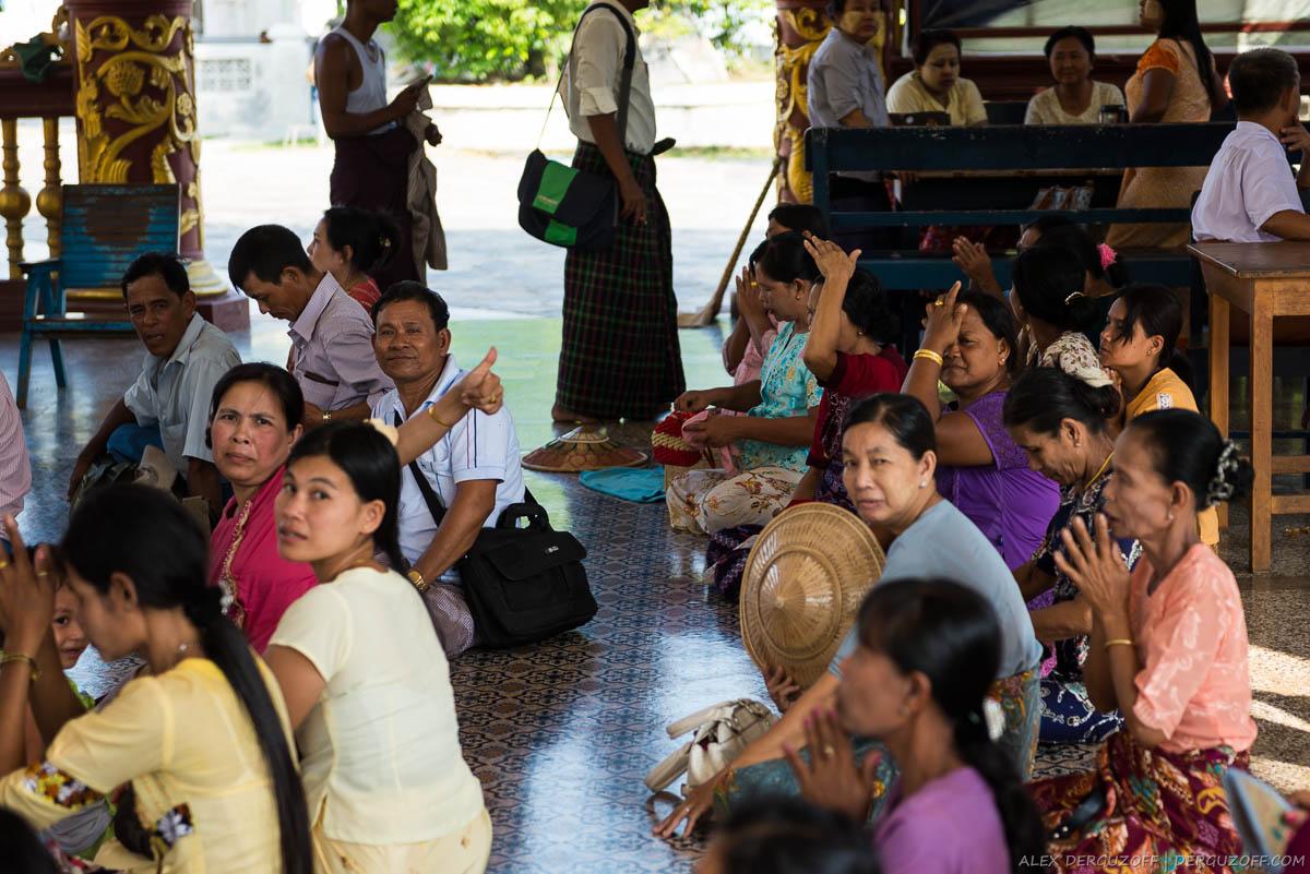 Бирманцы моляться в храме