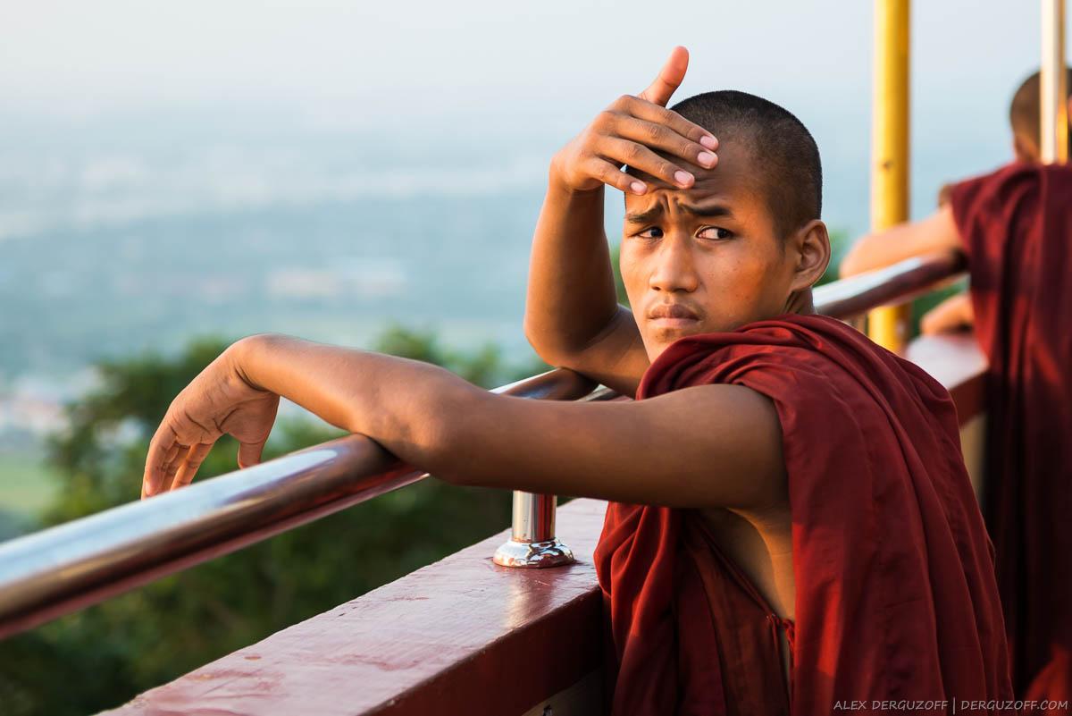 Буддийский монах в лучах заходящего солнца