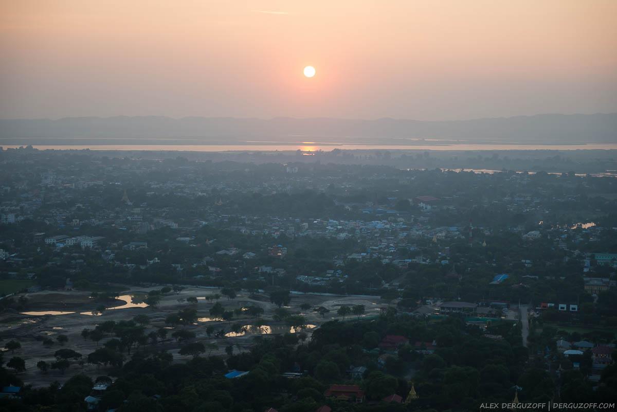 Заходящее солнце над рекой Иравади