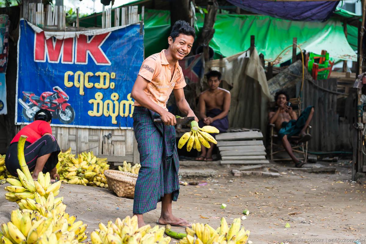 Продавец фруктов с бананами