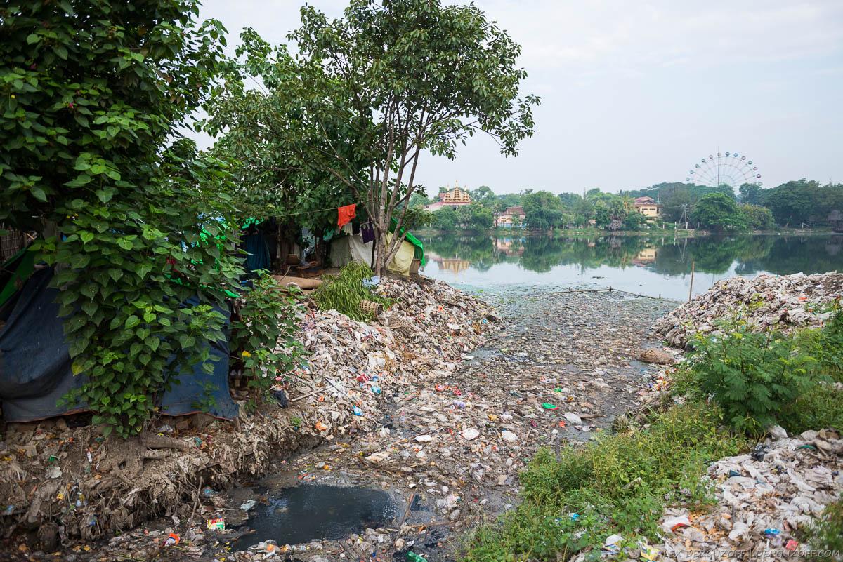 Грязный городской канал Мьянма Мандалай