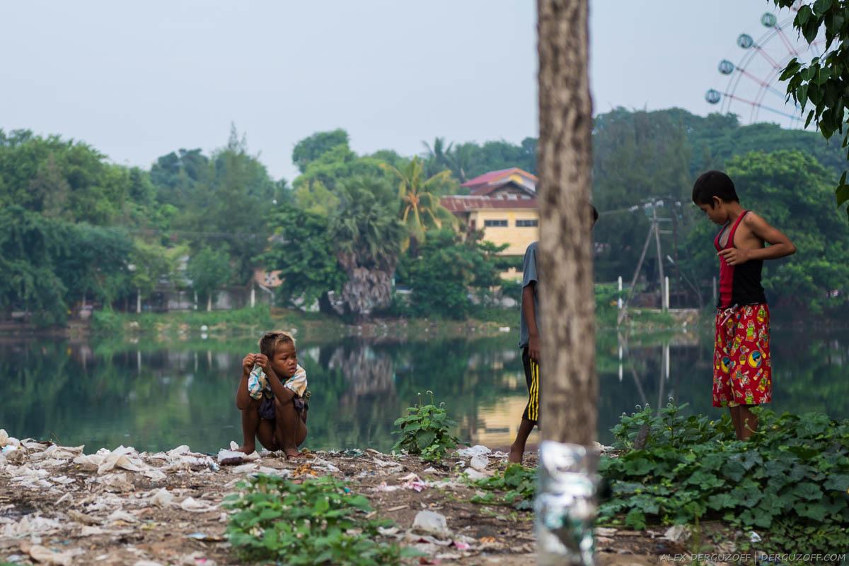 Писающий мальчик на берегу пруда
