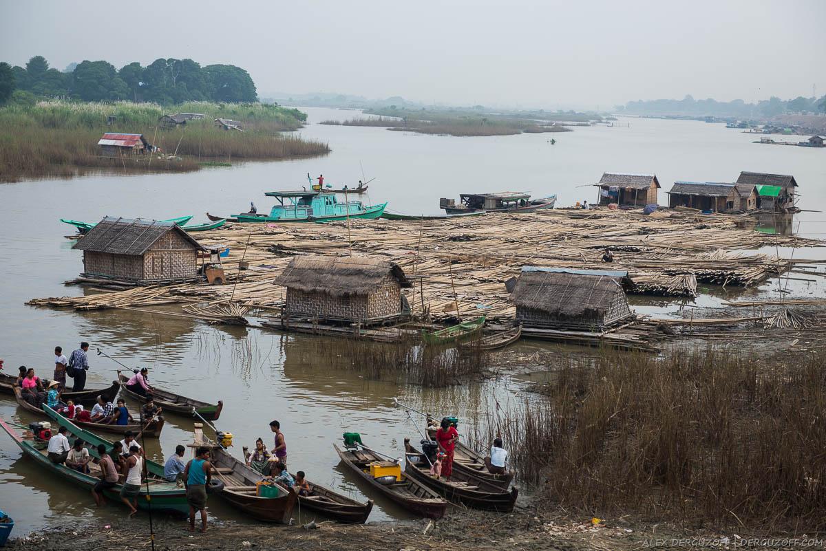 Плавучие дома и лодки на реке Иравади