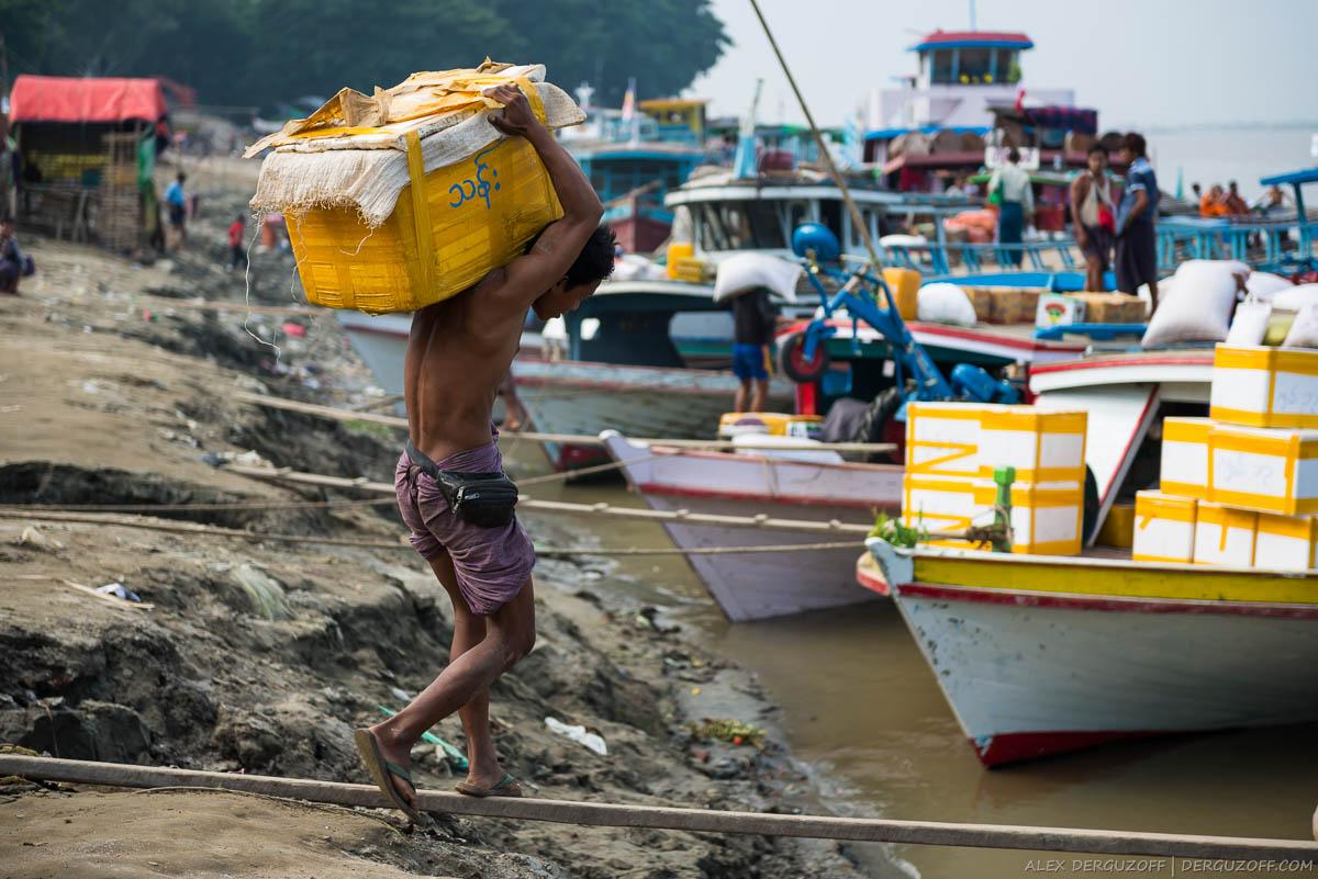 Носильщик на погрузке торгового судна на реке Иравади