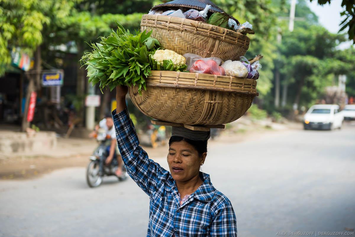 Женщина несет корзины с овощами на голове
