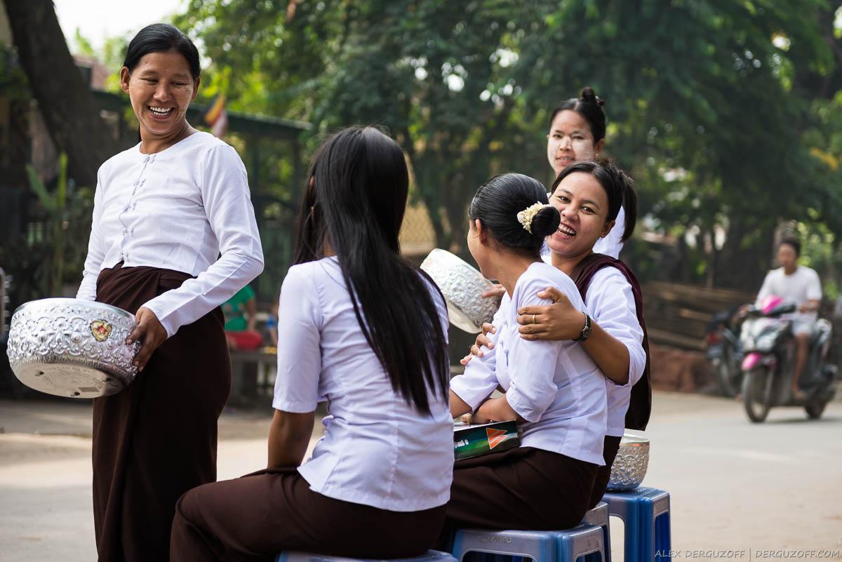 Бирманки на улице Мандалая