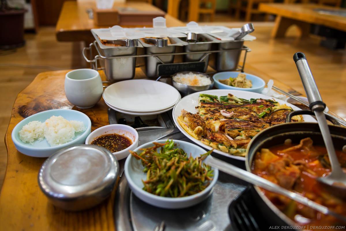 Кимчи на столе в ресторане Южная Корея Сеул