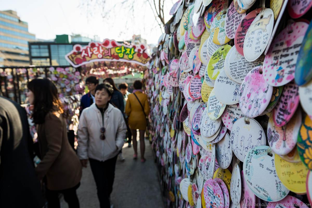 Стена с открытками в торговом центре