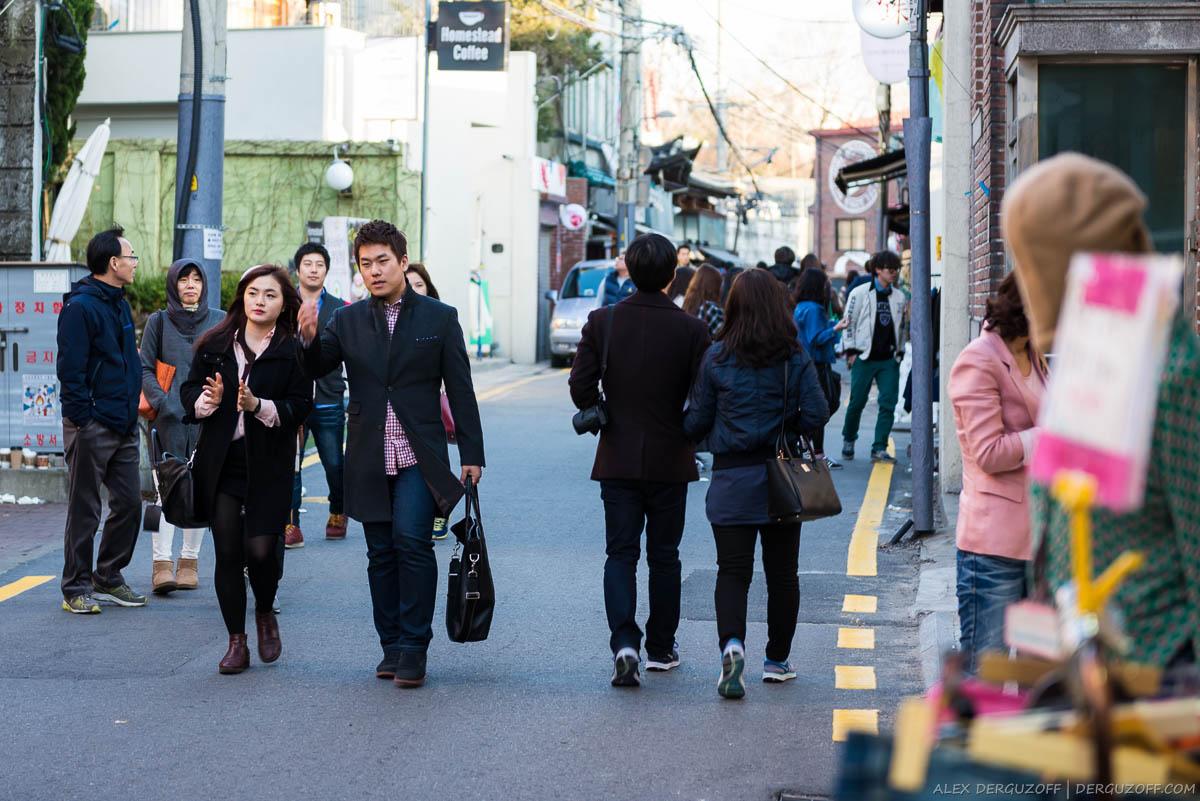 Гуляющие горожане на улице вечернего Сеула