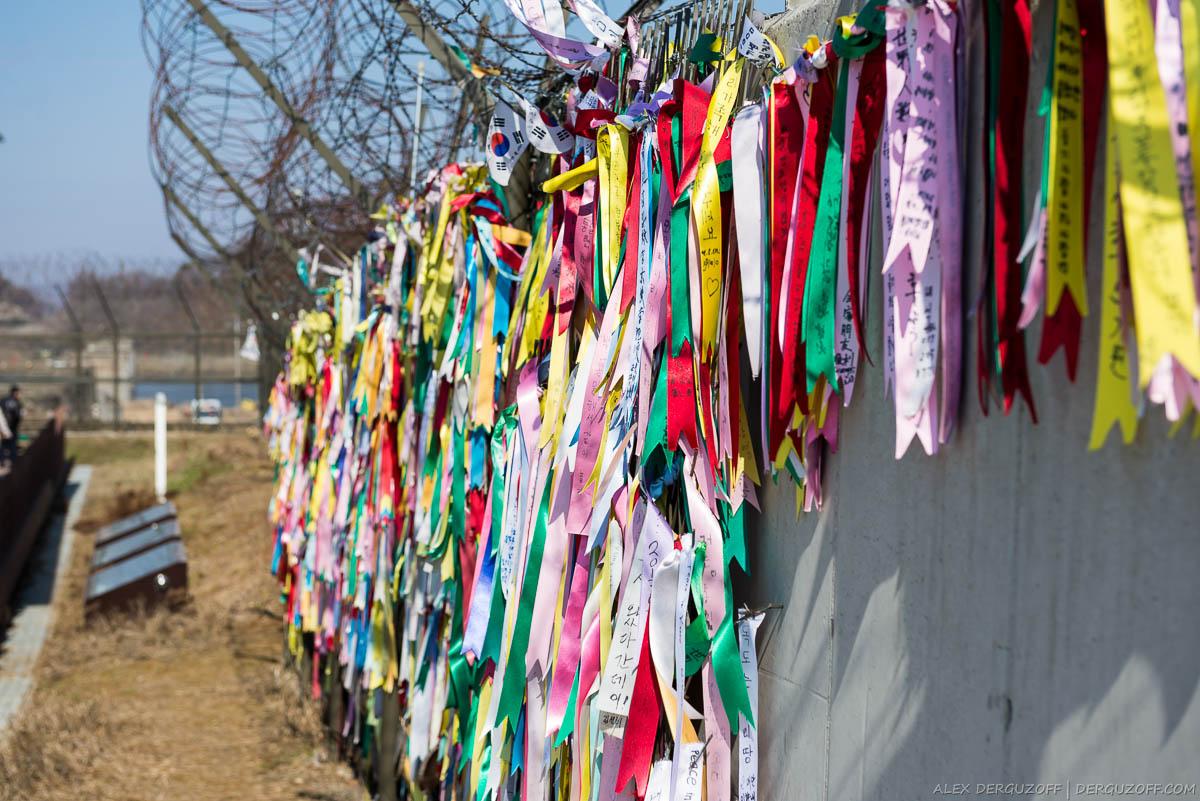 Памятные ленты на стене в DMZ