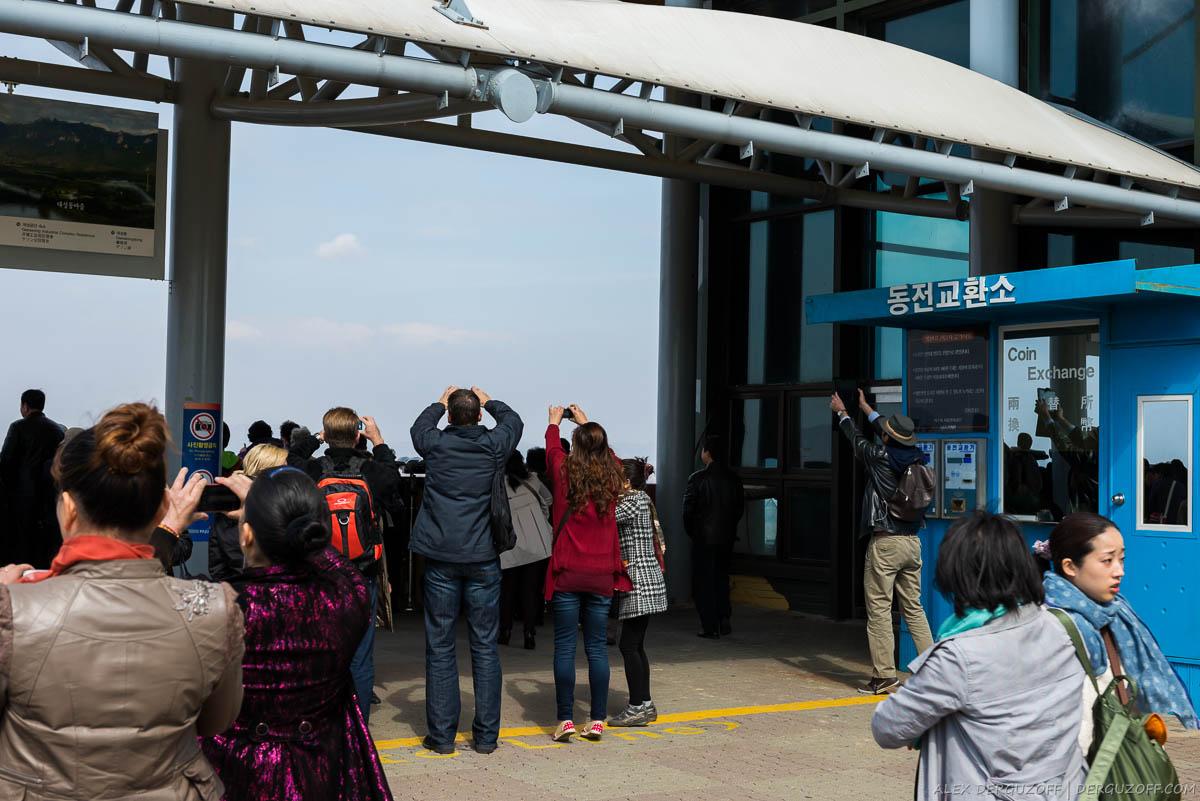 Туристы фотографируют Северную Корею