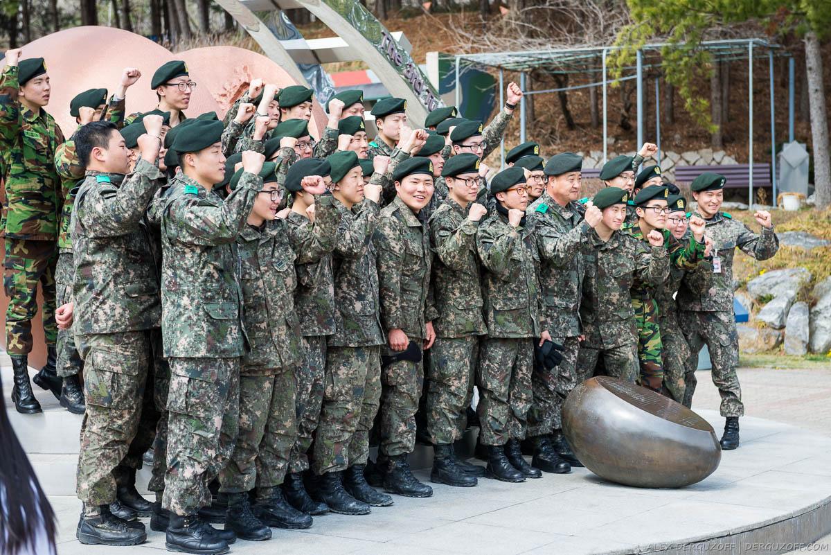 Корейские военные фотографируются