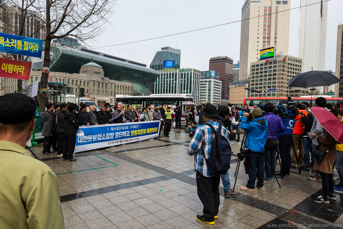 Протестующие жители Сеула и журналисты
