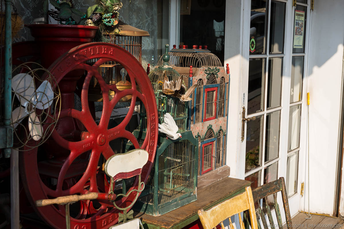 Антиквариат на продажу стоит на улице в районе Итэвон