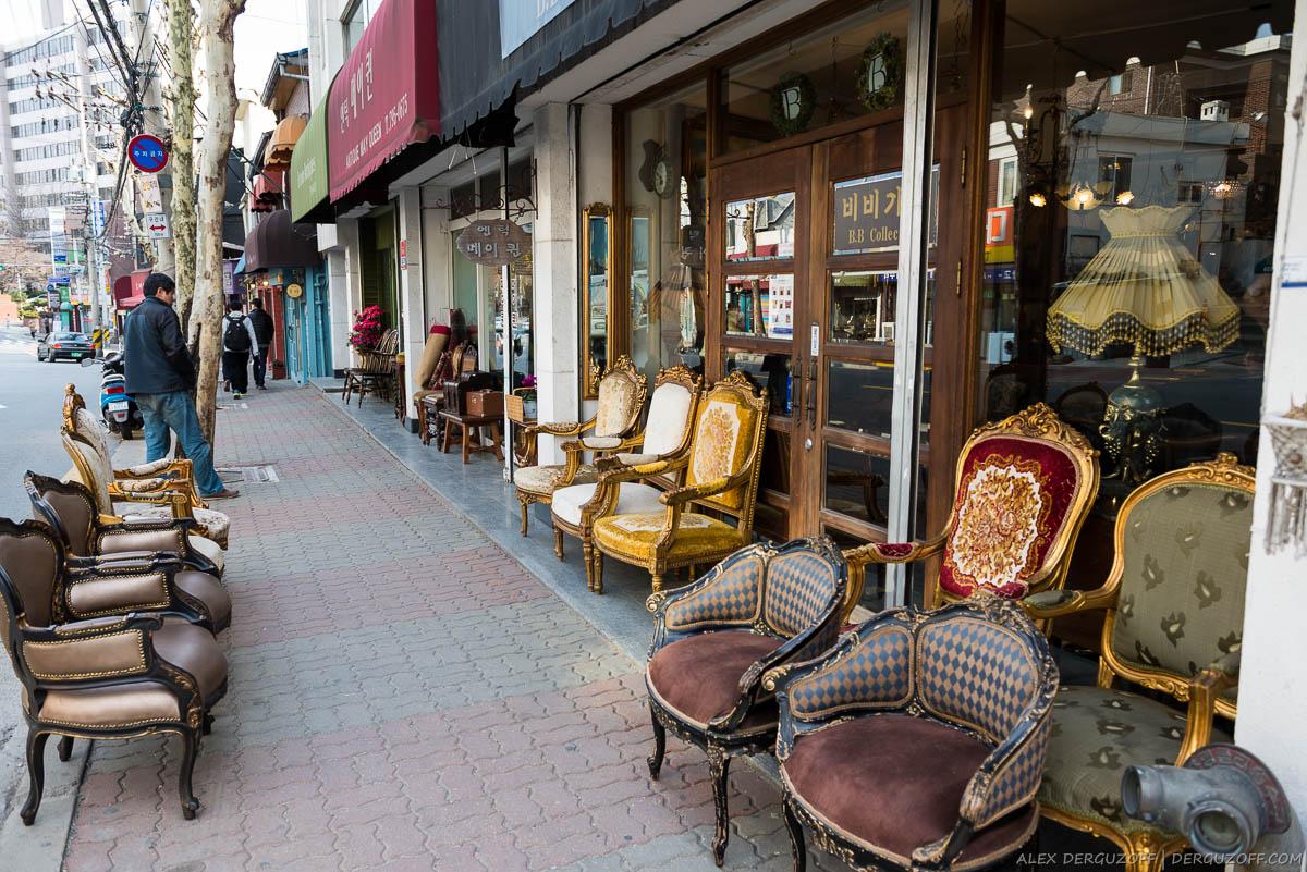 Антикварная мебель перед витриной магазина