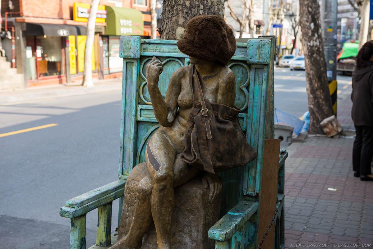 Статуя возле антикварного магазина