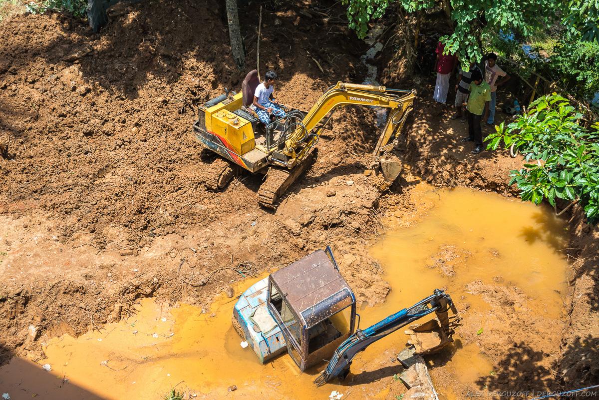 Шри-ланкийцы достают утопленый экскаватор из грязевой лужи