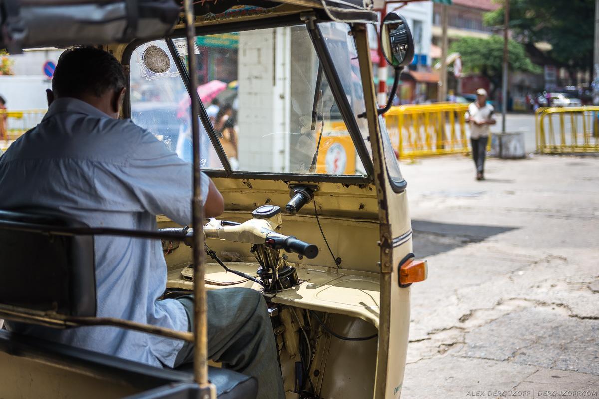Водитель сидит в старом тук-туке Шри-Ланка Канди