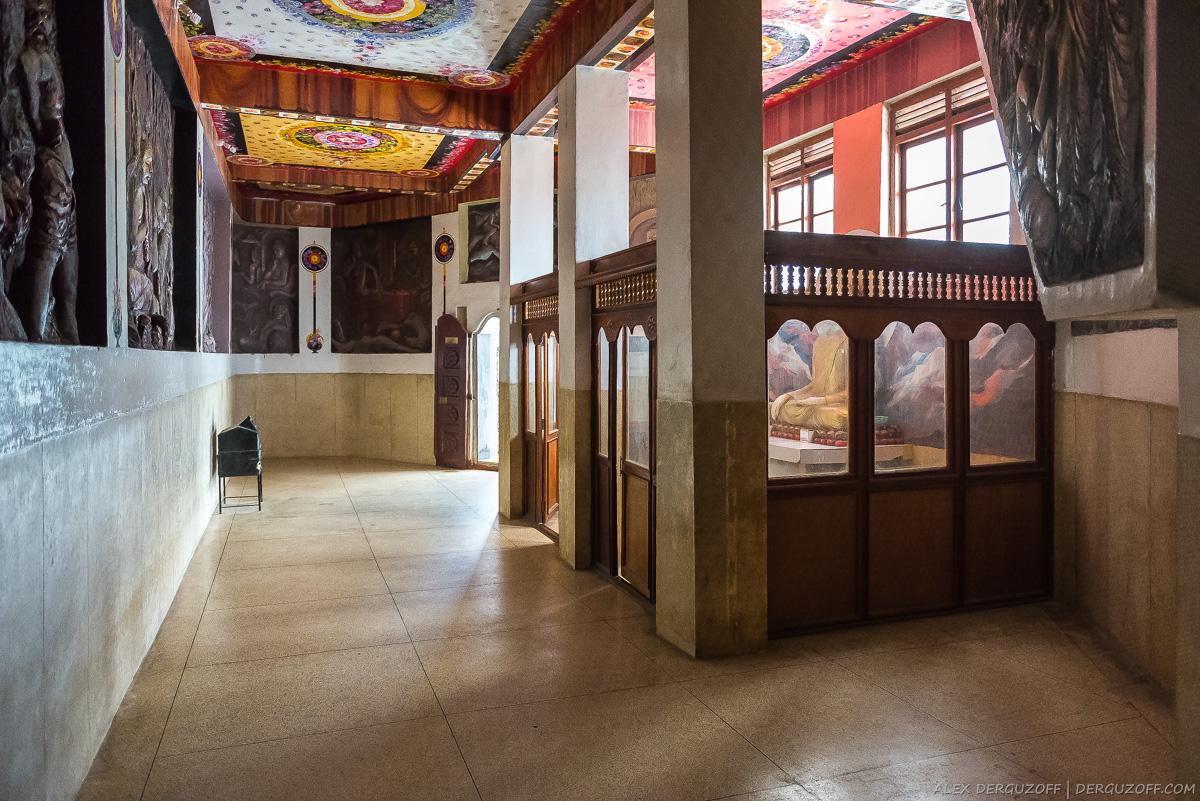 Колоны внутри будийского монастыря