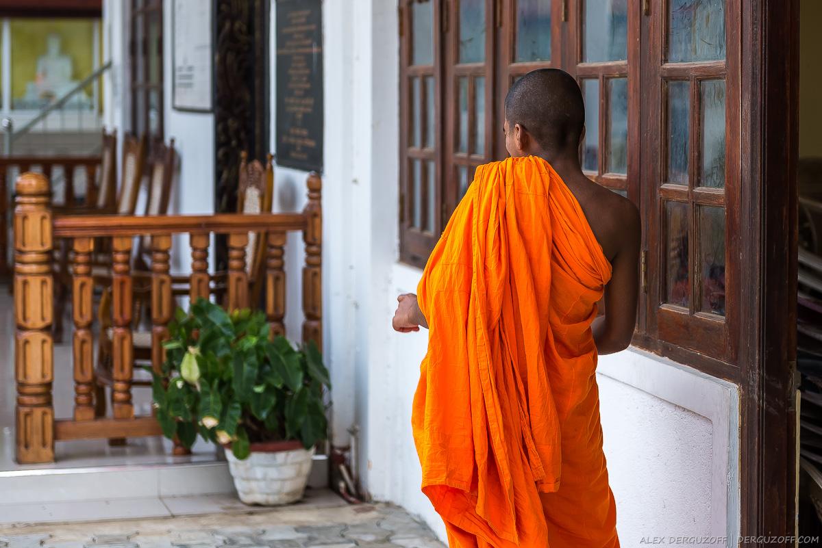 Монах-ребенок на пороге монастыря