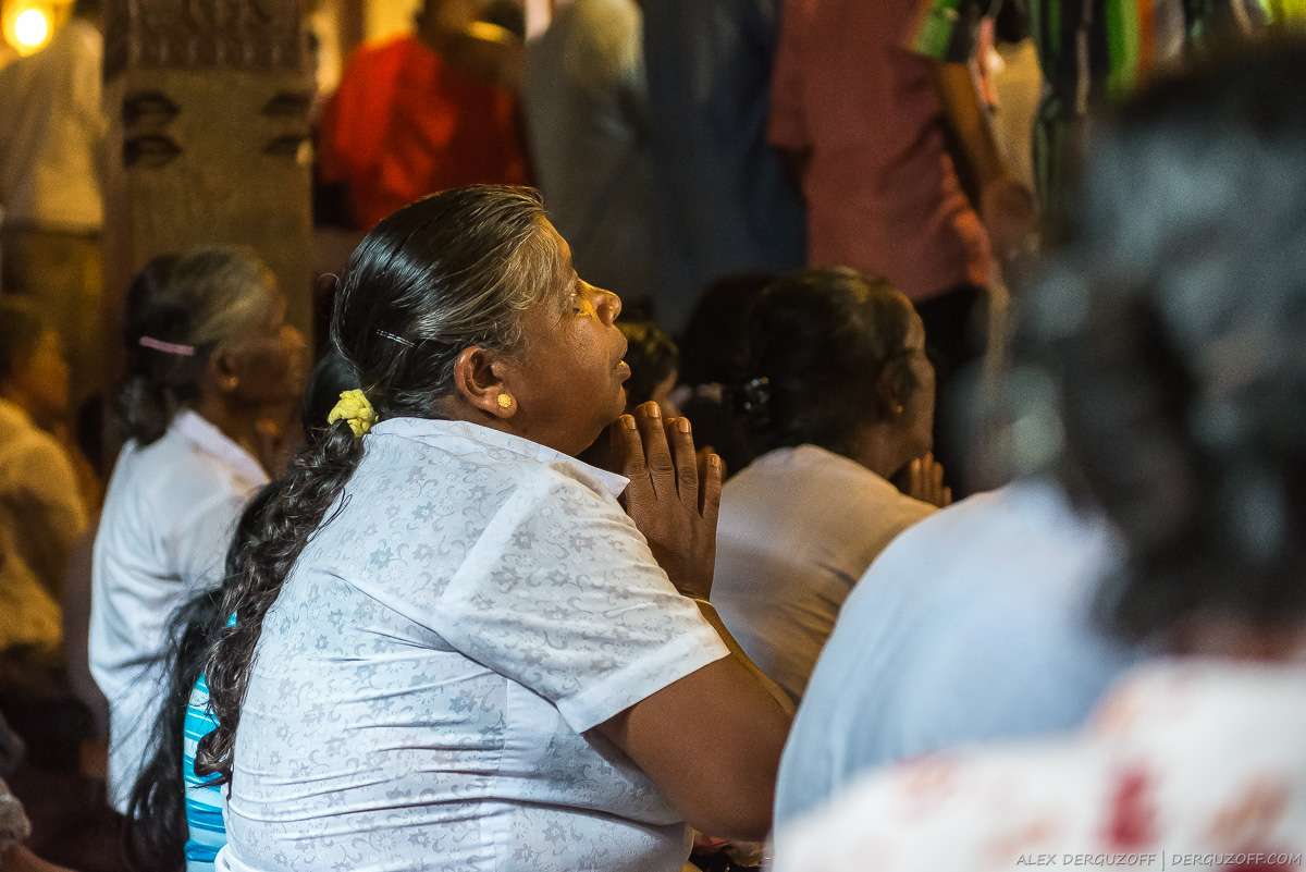 Женщина молится в храме зуба Будды Канди