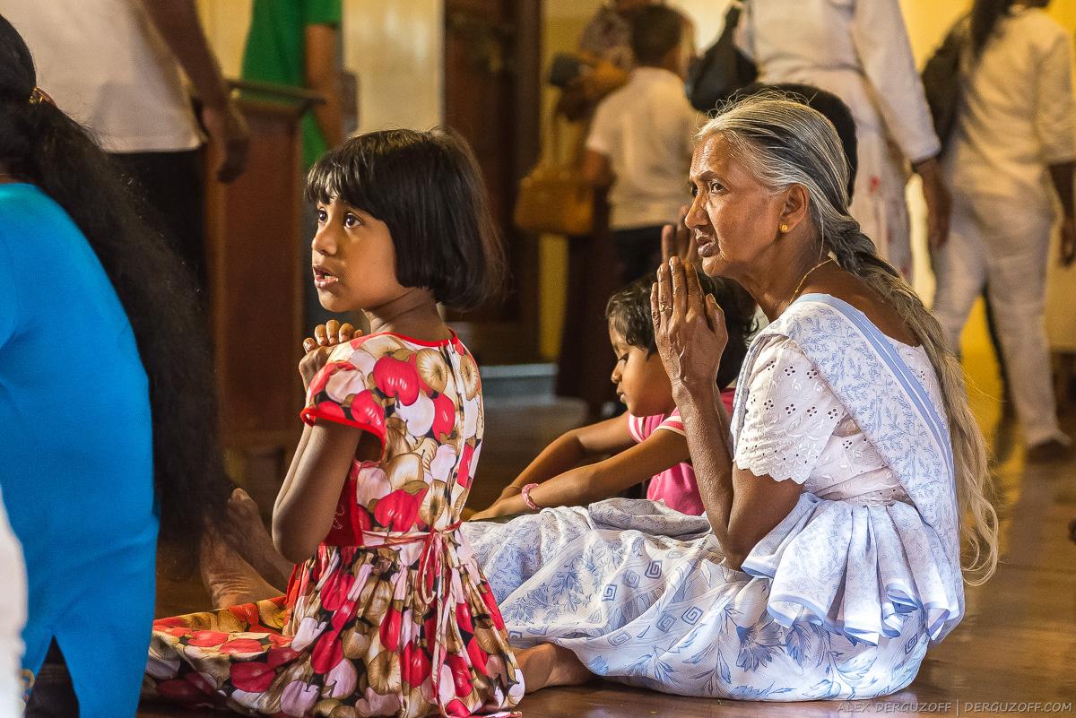 Девочка и пожилая женщина в молитве